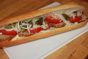 boulette maison, tomate fraiche, cornichon, céleri rave croquant, mayonnaise - Le Croc Corner - Waterloo